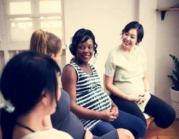Grupa rozmawiających kobiet w ciąży